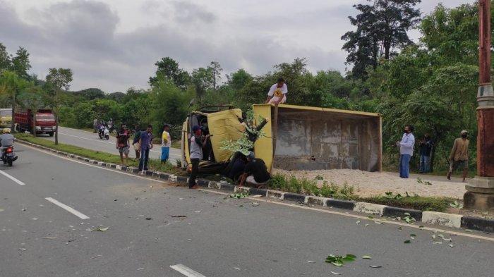 Diduga Ban Pecah, Truk Bermuatan Pasir Tabrak Median Jalan dan Terguling di Jl Bontang Lestari