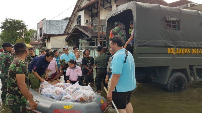 Umat Buddha dan Anggota TNI Antarkan Paket Bantuan ke Rumah Warga Korban Banjir di Samarinda