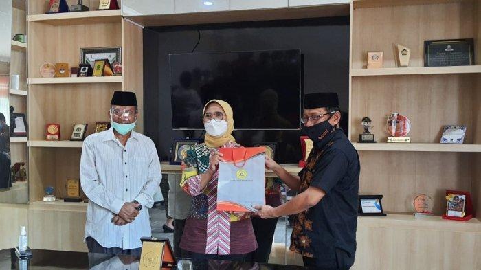 Rektor Uniba Dr Isradi Zaenal menyerahkan cenderamata kepada Wakil Ketua Komisi X DPR Hetifah.