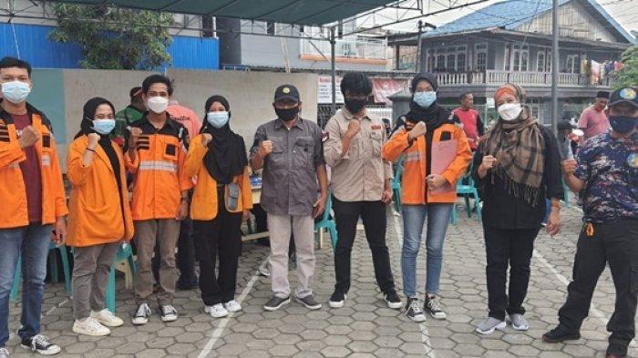 Rektor Uniba Isradi Zainal dan Korps Relawan Berikan Bantuan kepada Korban Kebakaran Gunung Bugis