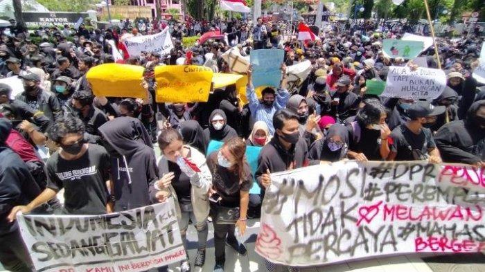 BERITA FOTO Demo Tolak UU Cipta Kerja di Balikpapan, Terobos Gerbang DPRD Hingga Kena Gas Air Mata