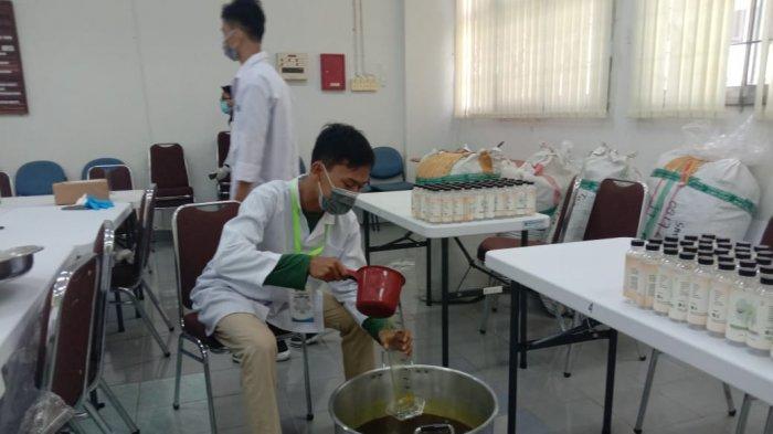 Dosen dan Mahasiswa Unmul Samarinda Produksi 200 Jamu Anticorona Buat Pejuang Garis Depan