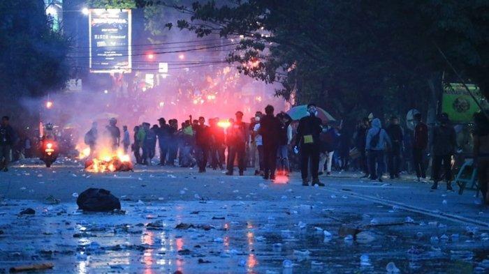 Kronologi Kericuhan Pecah di DPRD Kaltim, Mulai dari Shalawat Hingga Berkali-Kali Bunyi Tembakan - unjuk-rasa-ricuh-mencekam-kondisi-di-jalan-teuku-umar-depan-dprd-kaltim-senin-3092019.jpg