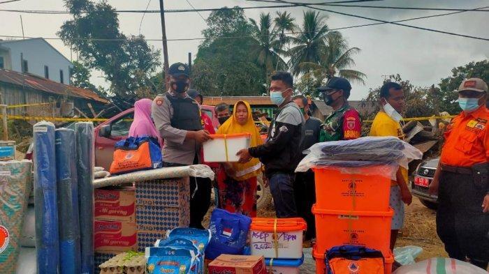 Suasana penyerahan bantuan untuk korban kebakaran di Kelurahan Gersik, Penajam Paser Utara, Selasa (15/6/2021). TRIBUNKALTIM.CO, DIAN MULIA SARI