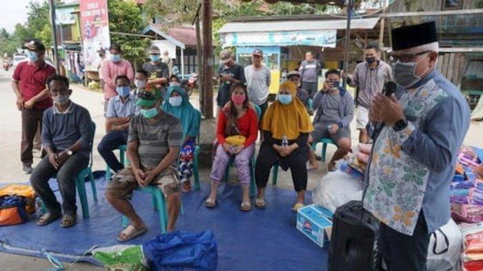 Wakil Bupati Kukar Chairil Anwar Serahkan Bantuan Logistik kepada Korban Kebakaran di Sebulu