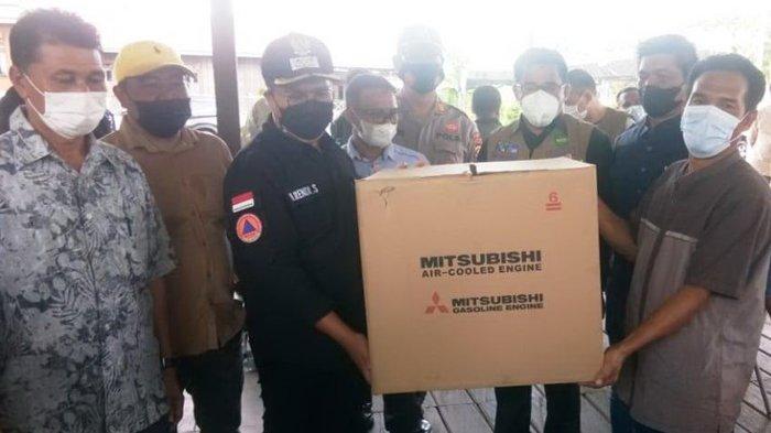 Tingkatkan Hasil Tangkapan Ikan, Wabup Serahkan Bantuan untuk Nelayan Liang Ulu