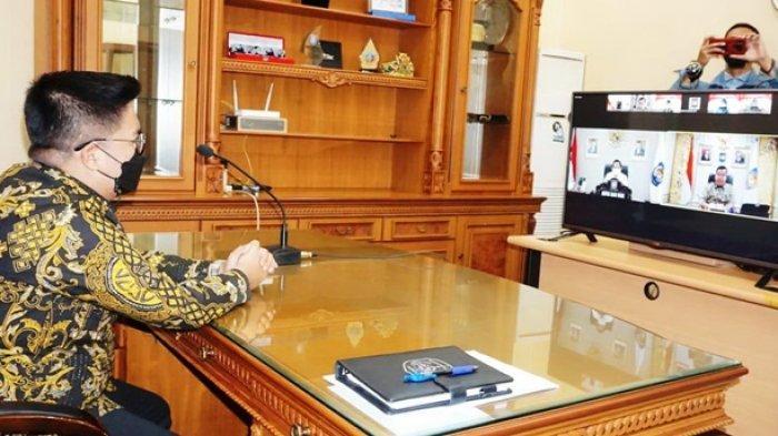 Wakil Bupati Kukar Rendi Solihin saat menyimak arahan mendagri pada pembekalan kepada kepala daerah secara virtual.