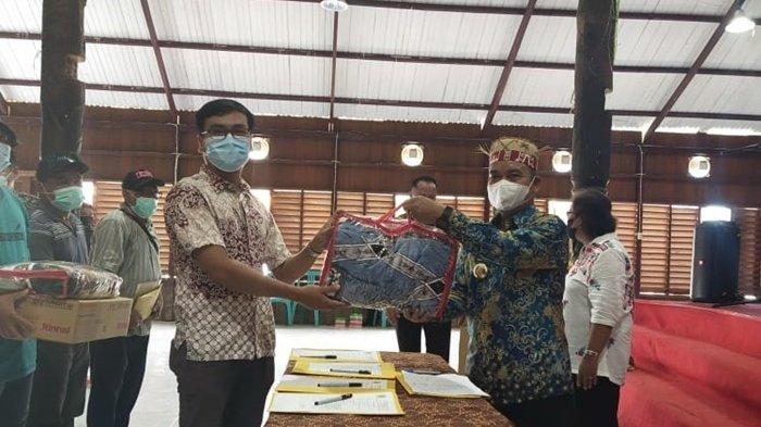 Wabup Mahulu Serahkan Bantuan untuk Korban Kebakaran di Kampung Ujoh Bilang