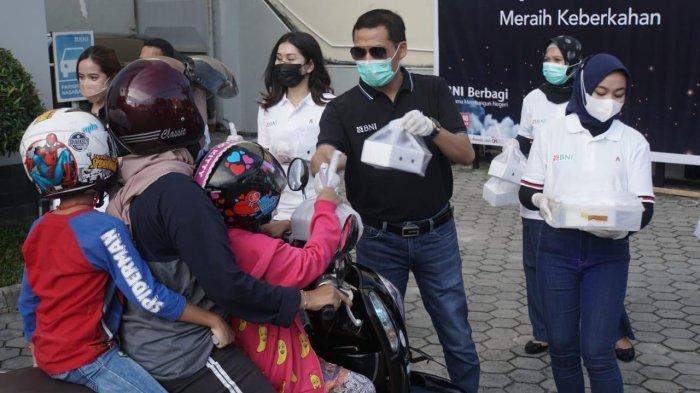 Raih Keberkahan Ramadhan, BNI Cabang Balikpapan Berbagi Takjil dengan Sistem Drive Thru