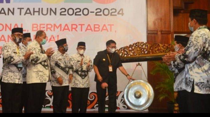 Walikota Balikpapan Rizal Effendi melaunching Blended Learning dalam konferensi PGRI di Hotel Novotel. TRIBUNKALTIM.CO, DWI ARDIANTO