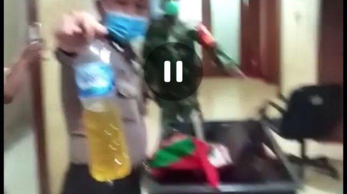 Sebuah video berdurasi 41 detik yang diterima Kompas.com menampilkan seorang wanita paruh baya membawa bensin ke gedung Balai Kota Pemprov DKI di Jakarta Pusat.