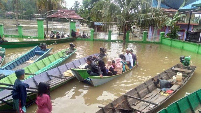 VIDEO - Warga Tabang Terhalang Banjir Pergi Sholat Ied, Ditolong Perahu Warga Non Muslim, Gratis!