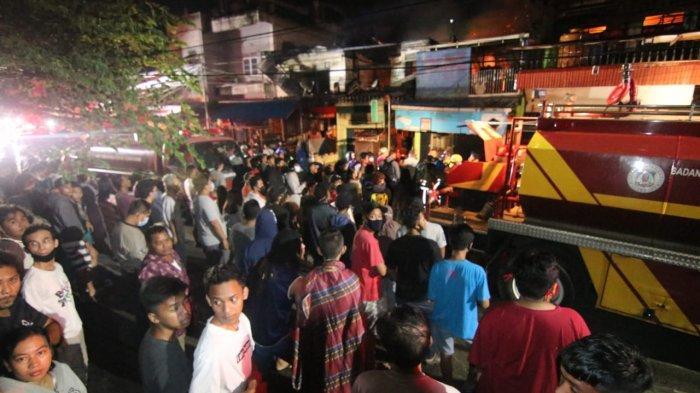 Warga melihat kebakaran melahap sejumlah pertokoan di kawasan Jalan Prapatan RT 11, Kelurahan Telaga Sari Balikpapan Kota sekitar pukul 01.53 Wita.