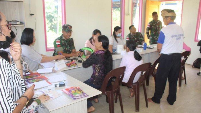 Prajurit TNI di Perbatasan RI-Malaysia Jemput Lansia untuk Pemeriksaan Kesehatan