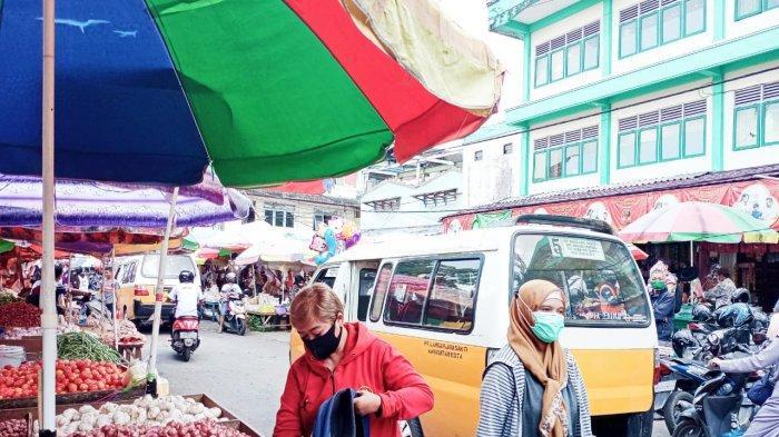 Warga Balikpapan atau pengunjung Pasar Pandansari disiplin memakai masker, taat pada protokol kesehatan Covid-19 pada Jumat (12/3/2021) pagi. Kota Balikpapan masih dinyatakan status pandemi Corona, warga saat beraktivitas di luar rumah mesti kenakan masker. TRIBUNKALTIM.CO/BUDI SUSILO