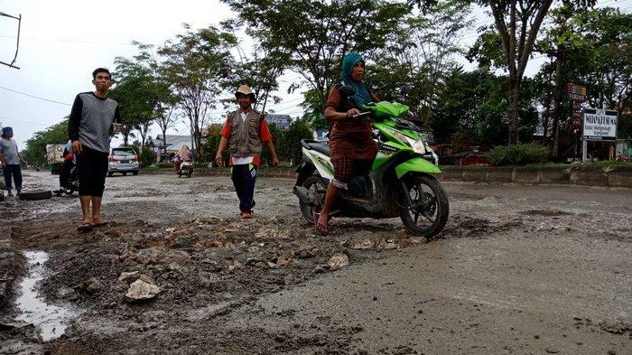 VIDEO - Jalan Provinsi Rusak, Warga Petung Gotong Royong