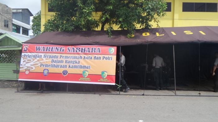 Lho. . . Polisi Sabhara Buka Warung di Pasar