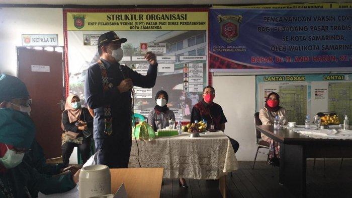Suasana Vaksinasi Covid-19 yang diberikan kepada para pedagang Pasar Pagi Samarinda, di UPTD Pasar Pagi Samarinda, Kamis (4/3/2021).