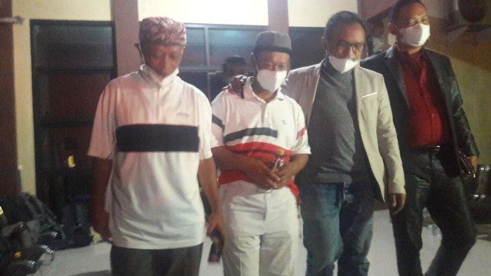 Yosef (kedua dari kiri) saat keluar dari ruangan pemeriksaan Satreskrim Polres Subang, Senin (13/9/2021) malam.
