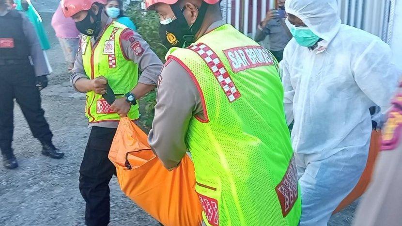 jasad-dr-saat-dievakuasi-menuju-ambulans.jpg