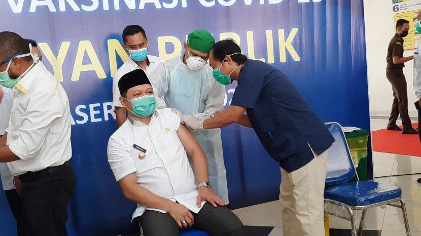 penyuntikan-vaksin-sinovac-terhadap-bupati-paser-dr-fahmi-fadli-oleh-petugas-rumah-sakit.jpg