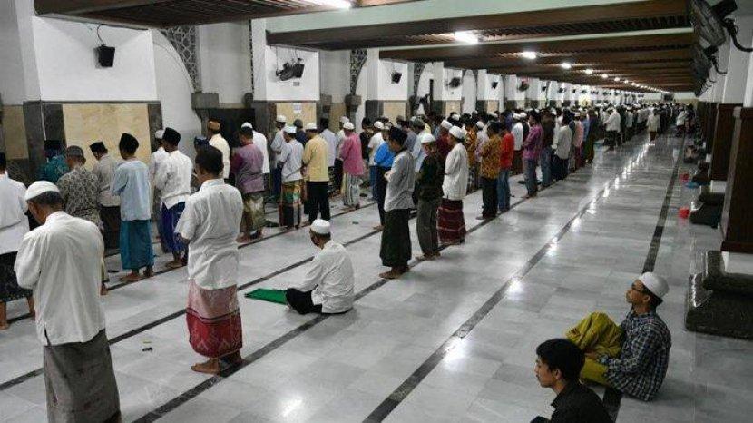 sejumlah-jamaah-melaksanakan-shalat-tarawih.jpg