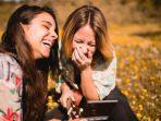 2-girls-laugh-zodiak.jpg