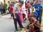akbp-roy-satya-putra-berserta-istri-memgikuti-upacara-penyambutan-tepung-tawar.jpg