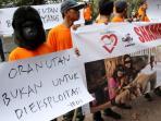 aksi-menolak-eksploitasi-orangutan_20160629_211500.jpg