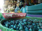 aktivitas-jual-beli-di-pasar-tenguyun-jumat-972021.jpg