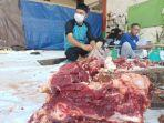 aktivitas-pemotongan-daging-kurban-di-masjid-al-amin-tarakan-selasa-2072021.jpg