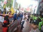 aliansi-masyarakat-balikpapan-melakukan-aksi-demonstrasi-di-depan-gedung-dprd-kota-balikpapan.jpg
