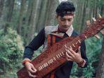 alif-mainkan-musik-tradisional-sape.jpg