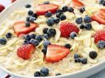 alodokter-oatmeal-dengan-buah-buahan-dan-susu.jpg