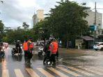 anggota-brimob-polda-kaltim-dikerahkan-ke-lokasi-banjir-jl-mt-haryono-balikpapan.jpg