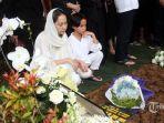 artis-bunga-citra-lestari-bersama-putranya-noah-sinclair-menghadiri-pemakaman-almarhum.jpg