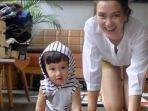 atiqah-hasiholan-dan-anaknya-salma_20180502_154723.jpg