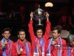 atlet-bulutangkis-indonesia-berpose-dengan-piala-dan-medali.jpg