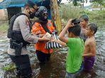 bagikan-makanan-siap-saji-untuk-warga-korban-banjir.jpg