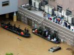 banjir-jepang-warga-di-atap_20180708_233653.jpg