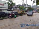 banjir-samarinda-warga-dorong-motor_20171205_121651.jpg