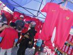 beberapa-pedagang-atribut-timnas-indonesia-berdagang-di-sekitar-stadion-batakan-balikpapan.jpg