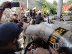 bentrok-demo-mahasiswa-vs-polisi-di-balikpapan_4.jpg