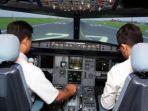 calon-pilot-berlatih-di-dalam-mesin-simulator-penerbangan.jpg