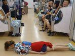 chika-jessica-bergaya-tidur-tengkurap-di-lantai-gerbong-ka-begini-akhirnya_20180729_143510.jpg