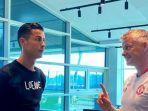 cristiano-ronaldo-berbincang-dengan-pelatih-manchester-united.jpg