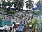 demo-mahasiswa-kaltim-ditertawakan-beredar-video-aksi-pasukan-polisi-yang-direkam-dari-ketinggian.jpg