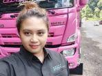 devi-stefany-berfoto-dengan-truk-pinknya.jpg
