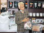 didin-hamid-saat-menunjukkan-tempat-produksi-brand-deli-koffie-miliknya.jpg