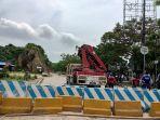 dishub-kota-samarinda-menggunakan-crane-saat-memasang-penambahan-barier-beton-di-segmen-sungai.jpg